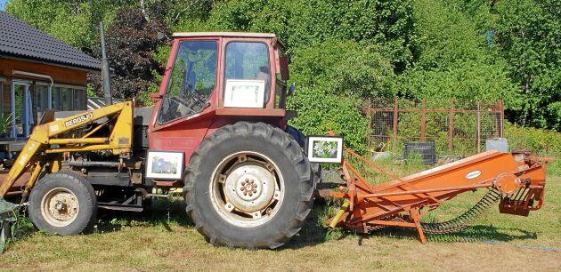 Välhängd konst hos OdlarSture. Beatrice Moberg fick hänga sina verk på traktorn.