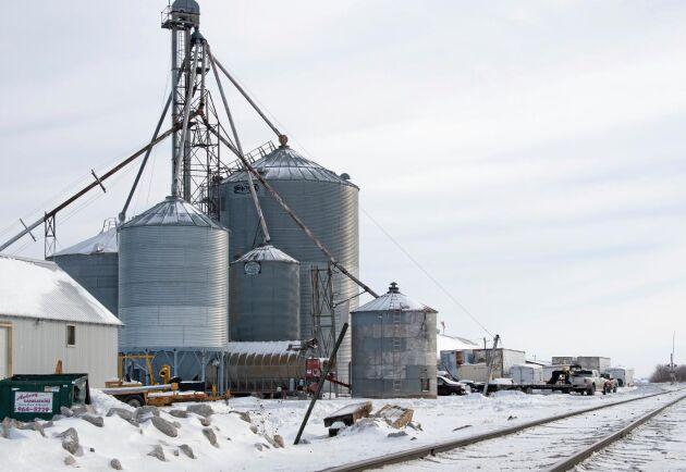 """Intill bondgården löper en tågräls. """"Men tågen västerut som går till Seattle och Portland för att ta varor till Asien har inte stannat för att lasta sojabönor på länge"""", säger Aaron Lehman."""