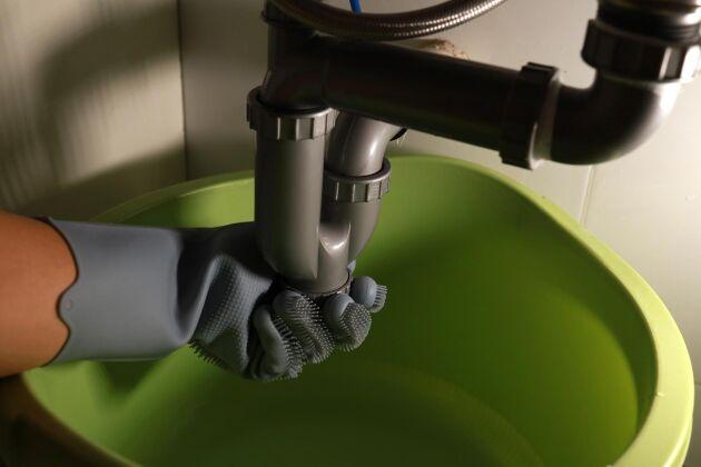 Börja med att kolla vattenlåste under diskhon.