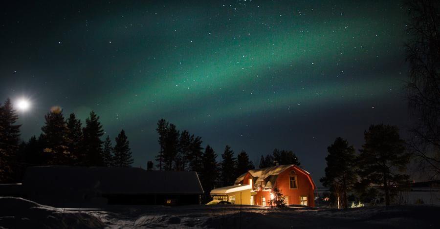 Vid Risudden finns det chans för besökare att uppleva norrsken. Här är en av Gunhild Stensmyrs renoverade fastigheter.