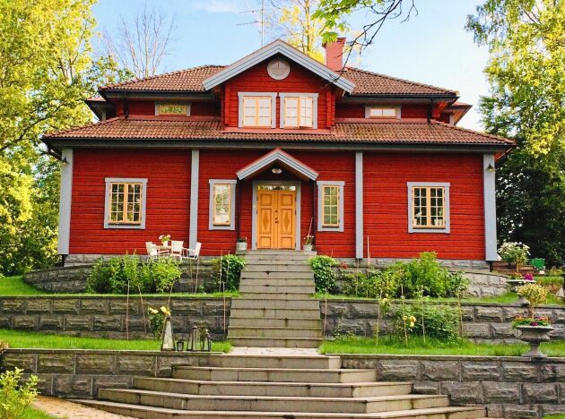 Timmerhus i tre klassiska kulörer. Järnoxidröd slamfärg på väggytorna, ockragul linoljefärg på fönster och dörrar samt ljusgrå linoljefärg bruten med kimrök eller umbra på knutar, vindskidor och fönsterfoder.Rött, gult och ljusgrått.