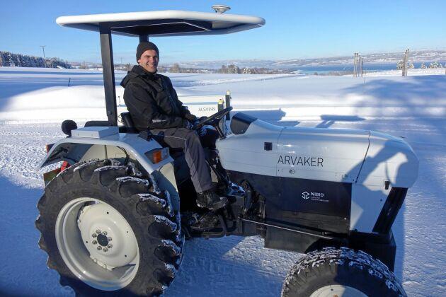 Här är Norges första eltraktor med Nibios Håvard J Lindgaard bakom ratten.