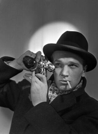 KG Kristoffersson i farten med sin kamera 1948.