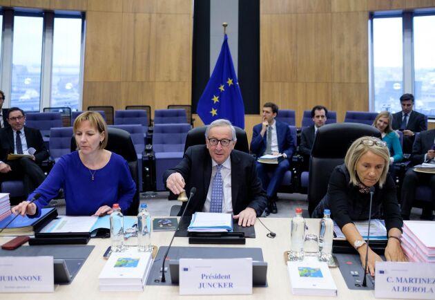 EU-kommissionens ordförande Jean-Claude Juncker omgiven av Ilze Juhansone och Martinez Alberola.