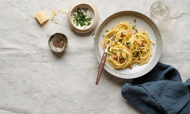 Pasta carbonara med knapriga tärningar av den svenska varianten av halloumi – eldost.
