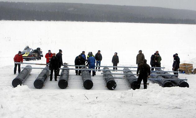 Ett 30-tal bybor ställde upp för att förbereda en ponton till den 100 kvadratmeter stora dansflotten som ska stå klar sommaren 2019. Pontonen drogs sedan ut på isen med hjälp av en snöskoter.
