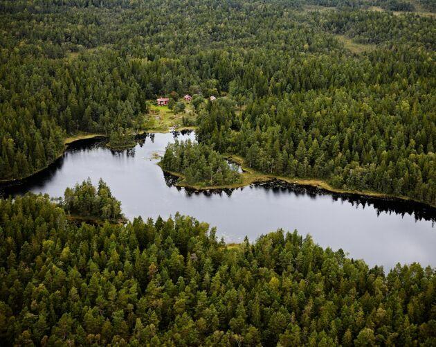 Det är lätt att nå Bredfjället med bil. Man kör E6 till Ljungskile och tar av mot centrum. Några hundra meter norr om järnvägsstationen följer man skylten Bredfjället