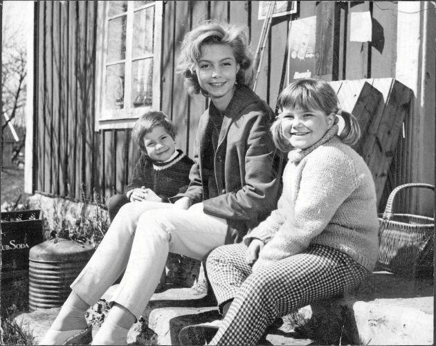 Stina, Malin och Tjorven vid huset på Saltkråkan.