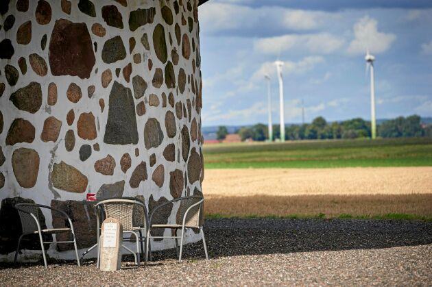 Gammal vindkraft möter modern på den vindpinades slätten i Marieholm, i Eslövs kommun.