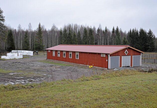 Första stallet stod klart i september. Det har tio boxplatser, nu byggs det dessutom tio uteboxar för fler hästar.