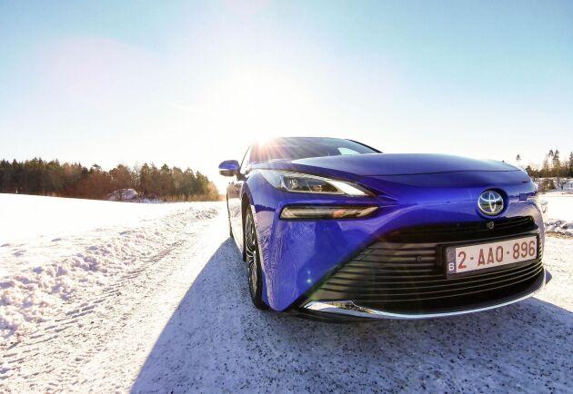 Toyota Mirai drivs med vätgas och bränslecellsteknik som genererar el. Den har en räckvidd på 65 mil och släpper bara ut vattenånga.