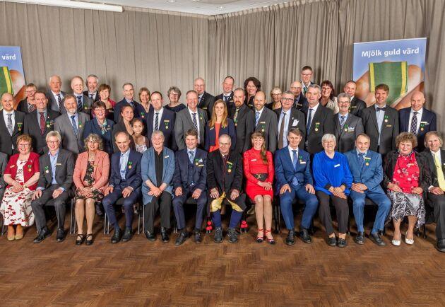 Gruppbild på alla medaljmottagare. I år prisades 37 mjölkbönder.