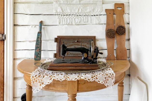 Den lite rostiga men fina symaskinen är ett annat vindsfynd.