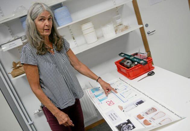 Matilda Lönnemark, VD Frökontrollen Örebro, visar den apparat av märket Foss som följer standard i branschen när det gäller att mäta vatten- och proteinhalt i spannmål.