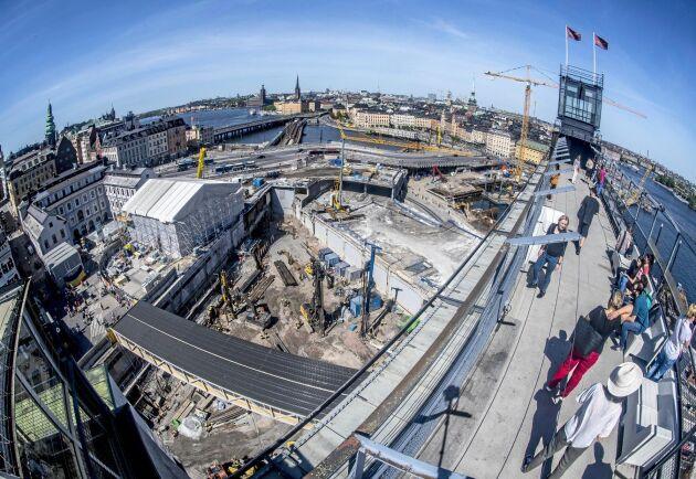 Bakgrunden till tvisten är att vattennivån i Mälaren höjs i samband med bygget av nya Slussen i centrala Stockholm.