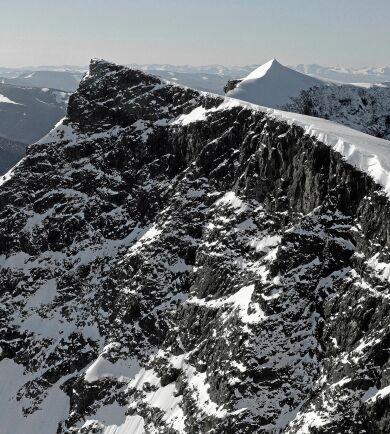 På bilden anas att höjdskillnaden mellan nordtoppen (närmast) och sydtoppen inte längre är så stor. Än så länge kan sydtoppen vintertid återta förstaplatsen när glaciärdrivan tillfälligt växer.