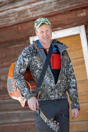 Roger är även musiker och låtskrivare under namnet Ödemarksjägarn.