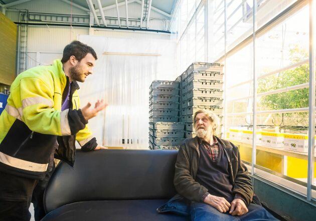 Per-Erik Nygård, Pecka, i samtal med en av de anställda, Andrea Gambardella.
