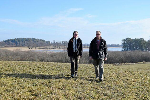 Örjan Bergman och Justina Olsson inspekterar en av de vallar på Ekenäs som drabbats av förra årets torka.