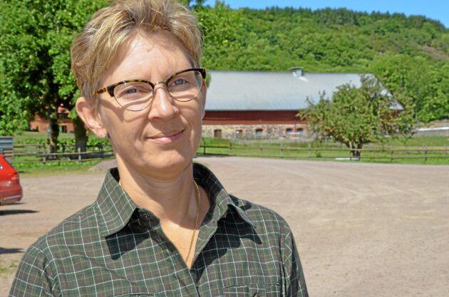 Jägarkåren måste revidera den djupt rotade traditionen att inte skjuta moderdjur om stammen ska kunna minskas, anser Maria Cedersmyg, veterinärinspektör på Jordbruksverkets smittbekämpningsenhet.