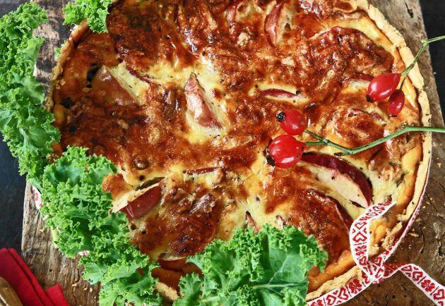 Skalet till grönkålspajen får fin smak av dinkelmjöl och kryddpeppar.
