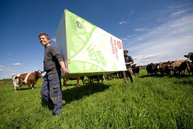 Så här såg det ut för några år sedan när Martin och Erik Bengtsson tog en sista tur med Milkokartongen. Om förhandlingarna med Arla går i hamn kan det kanske snart bli dags att sätta upp nya reklamplakat.