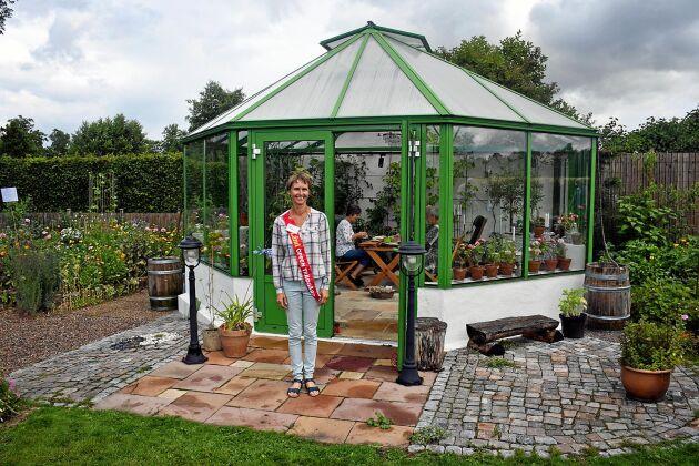 Katarina Olsson hade gott om gäster hela eftermiddagen i sin trädgård utanför Sollebrunn. Här står hon framför orangeriet som har en central plats i hennes trädgård.