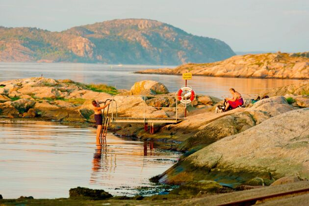 Det brukar vara fritt fram att bada vid en brygga på någons mark under en kort tid.