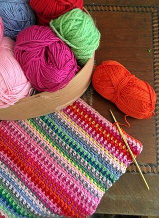 Väderpläd virkad av restgarner i bomull och syntet. Färgerna visar hur varmt det varit.