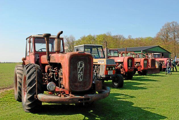 06_east_line: På Simmelsberga var man inte rädd för att använda traktorer från öst. Dessa äldre och lite modernare dragare hade samlats till träffen 2016.