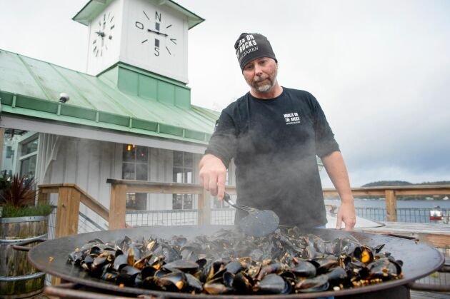 Janne steker musslor på stekhällen. Under högsäsong serverar Musselbaren två ton musslor i veckan.