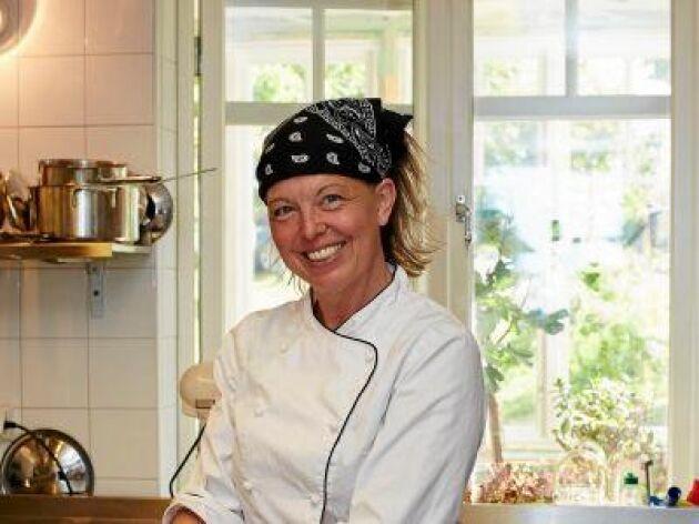 """Kocken Lisa Lönner Pulkkinen använder gärna sin kolgrill för att röka mat. """"Det är sjukt lätt och blir bra. Du lägger bara kvistarna på glöden och stänger locket"""", säger hon"""