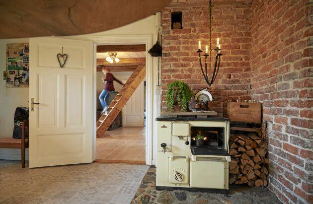 Vedspisen i köket var förr husets enda värmekälla. Marcus och Sara har frilagt den gamla tegelväggen runt spisen.