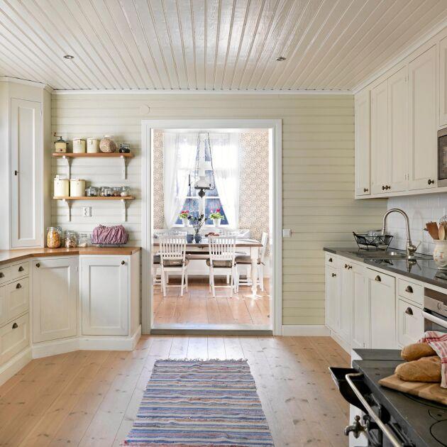 Maria älskar husets kök, som de byggt helt nytt i gammal stil med ljus färgsättning.