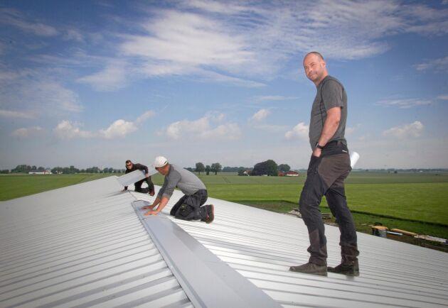 Högtflygande takarbete. Mattias Espert inspekterar bygget.