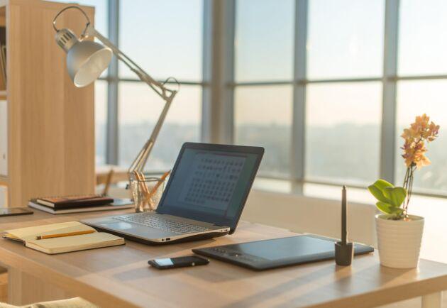 Strukturexperten David Stiernholm slår ett slag för det rena skrivbordet.
