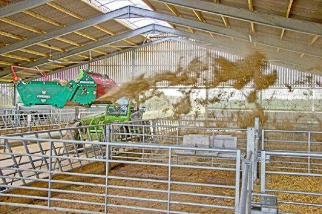 BRF Crossfire. Är en balrivare som kan användas för både utfodring och ströning. Balen läggs på spridaren med maskinens balspjut. Maskinen kopplas sedan till spjutets lastarfäste. Samtidigt ansluts drivningen automatiskt, varför föraren inte behöver lämna traktorn. Balrivaren river materialet skonsamt och kan sprida lämpligt material jämnt och med stor räckvidd. Personalen behöver inte gå bland djuren, utan kan sköta spridningen från traktorn. Leverantör: KLIWE AB.