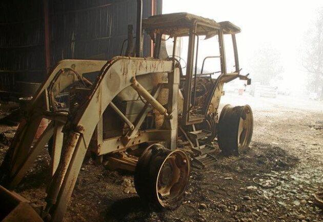 Traktor som förvandlats till stålskelett.