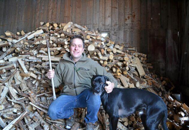 Stöder upproret. Vedspisupproret och stödgruppen för den jaktbrottsmisstänkte industriledaren är exempel på protestaktioner som vi kommer att få ser mer av i framtiden, anser Rickard Axdorff. Här med blandrashunden Lemmy.