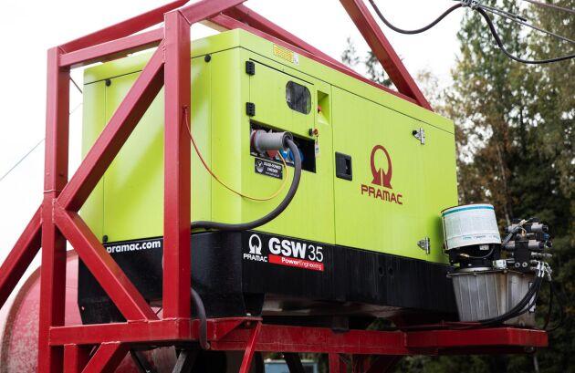 Maskinens eget elverk ger ström till både elektriska funktioner och till en elektrisk hydraulpump på maskinen.