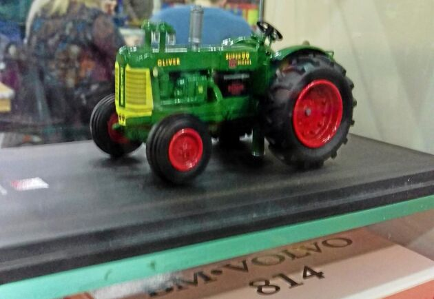 Volvo BM är en populär traktor även i liten skala i Nederländerna. På hyllan under modellen av en Oliver ses en tidigare klubbmodell av T 814 i kartong.