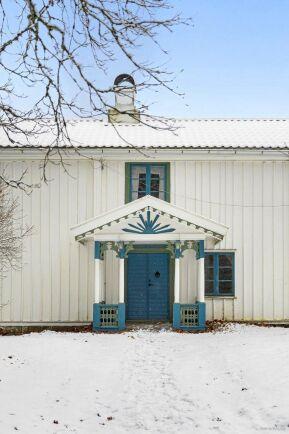 Farstubron med sina fina mönster och färger välkomnar dig in i huset.