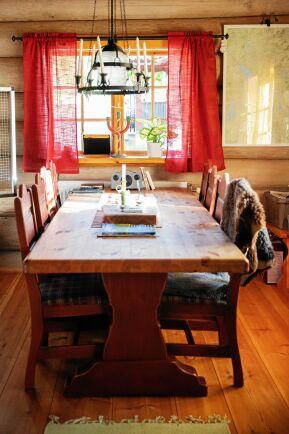 Det är gott om plats för gäster vid det rejäla matbordet i trä.