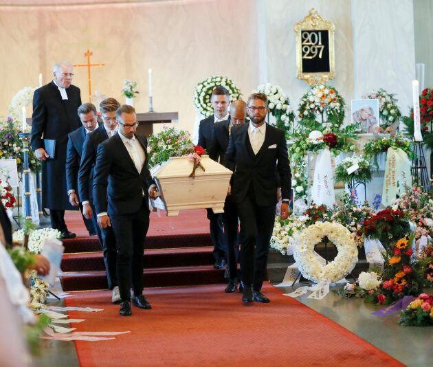 Begravningsakten avslutades med att kistan bars ut till graven av barnbarnen.
