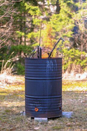 Smart metalltunna att elda i. Här står den på några stenar för att minska brandrisken.