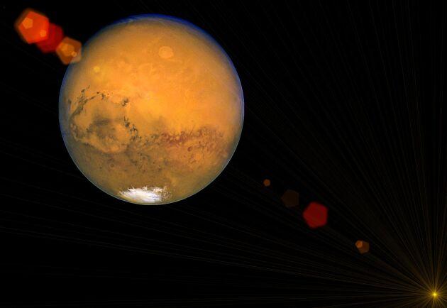 Vår grannplanet Mars går att skåda strax under månen.