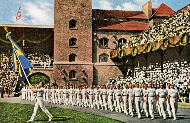 Någonstans i den svenska truppens räta rader gömde sig en 17-årig tjej som några dagar senare skulle tåga ut med en guldmedalj runt halsen. Detta var de tredje olympiska spelen där kvinnor fick tävla.
