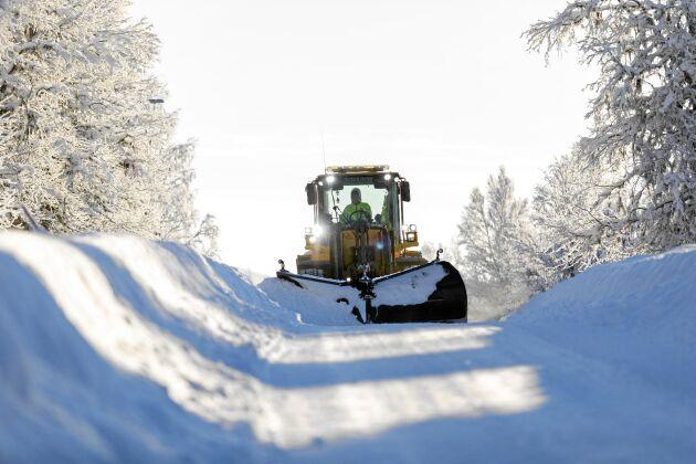 Årets extrema snömängder gör att Emils hjullastare gått varm - och arbetsdagarna i bland blivit över 20 timmar.