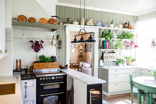 Köket med vedspis, pärlspont och trägolv var i bra grundskick, precis som resten av huset.