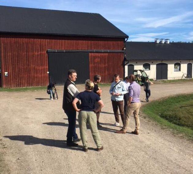 På ett känslofyllt möte på Molstaberg på eftermiddagen i dag, måndag, berättade Elisabeth Aschan och Johan Lundgren att de ska avveckla sin verksamhet.